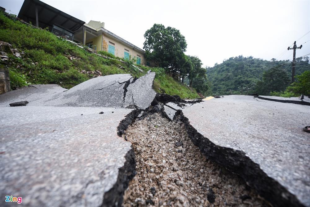Quốc lộ 12A bị nứt gãy như động đất-4
