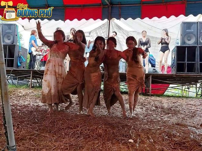 Hội chị em quẩy tung bùn trong đám cưới, nhìn chiếc váy cô dâu, dân mạng than chắc nhà trai phát sợ-1