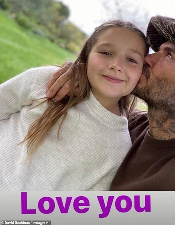 Dù đã bị chỉ trích nhiều lần, Victoria vẫn hào hứng khoe ảnh Beckham hôn môi con gái-2