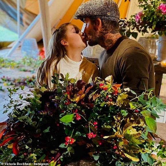 Dù đã bị chỉ trích nhiều lần, Victoria vẫn hào hứng khoe ảnh Beckham hôn môi con gái-6