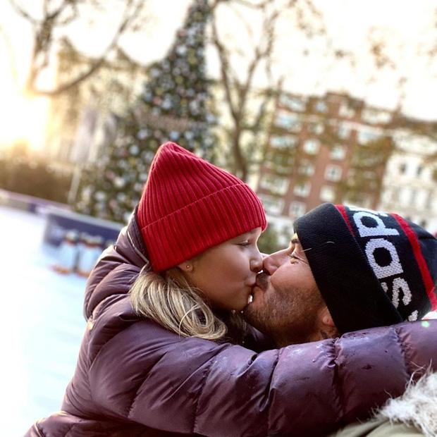 Dù đã bị chỉ trích nhiều lần, Victoria vẫn hào hứng khoe ảnh Beckham hôn môi con gái-8
