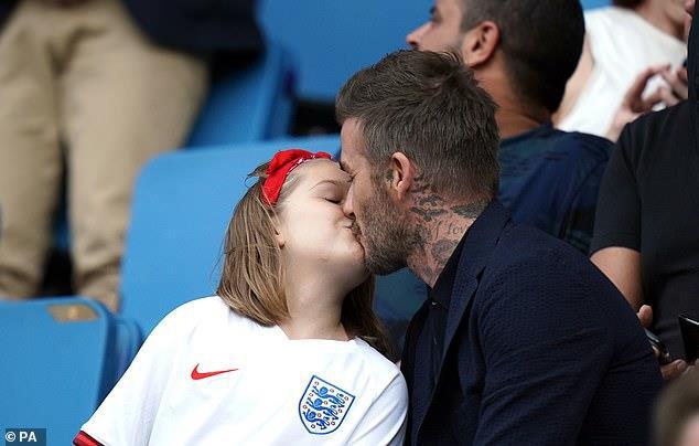 Dù đã bị chỉ trích nhiều lần, Victoria vẫn hào hứng khoe ảnh Beckham hôn môi con gái-9