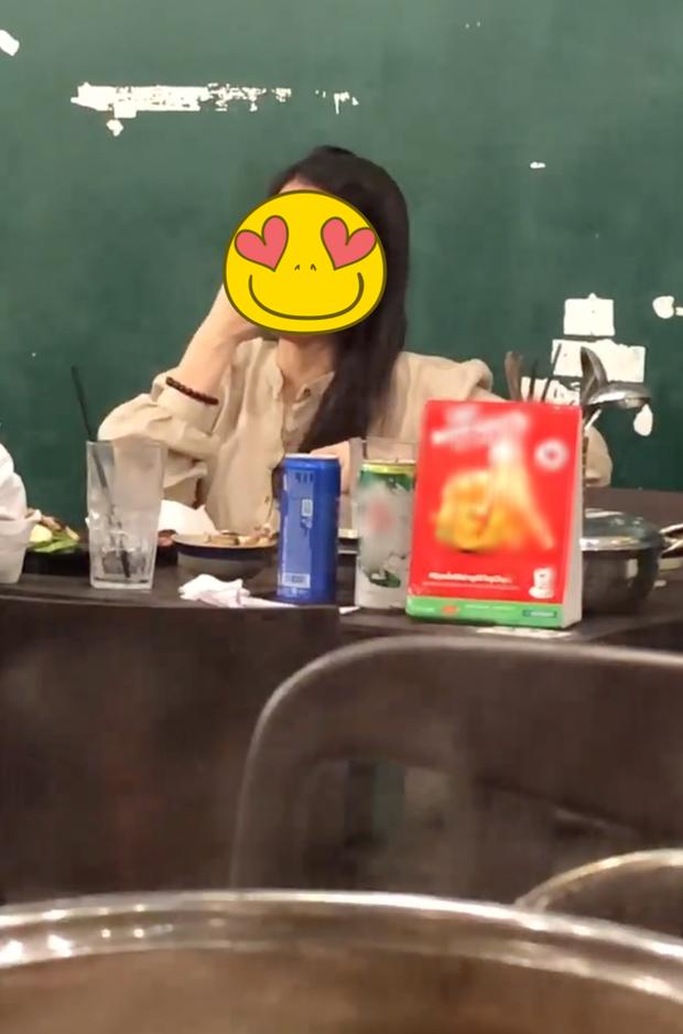 Bị vợ đánh ghen, tố ngoại tình vì clip hôn tay gái lạ - quản lý Hoài Lâm giải thích: Tôi nhớ là có thể đang ngửi một cái gì đấy-5