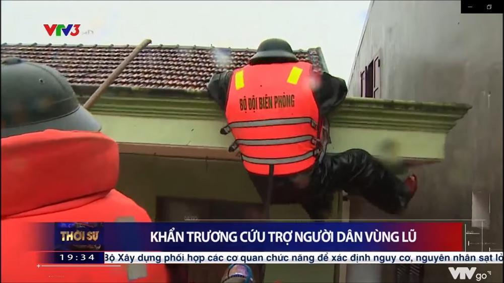 Chiến sĩ biên phòng gặp nguy hiểm khi đi cứu trợ đồ ăn cho người dân vùng lũ ở Quảng Bình-1