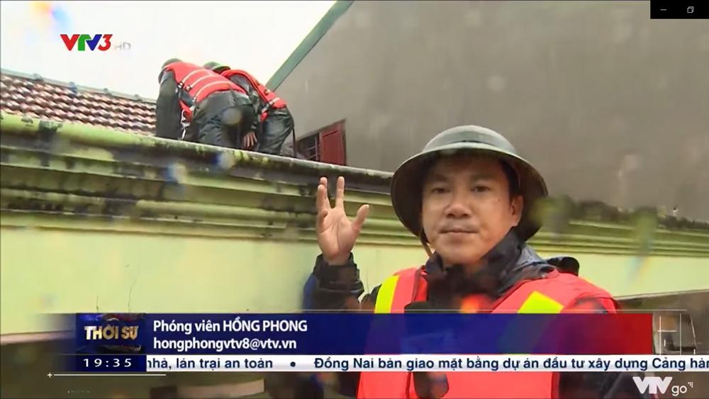 Chiến sĩ biên phòng gặp nguy hiểm khi đi cứu trợ đồ ăn cho người dân vùng lũ ở Quảng Bình-2