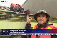 Chiến sĩ biên phòng gặp nguy hiểm khi đi cứu trợ đồ ăn cho người dân vùng lũ ở Quảng Bình