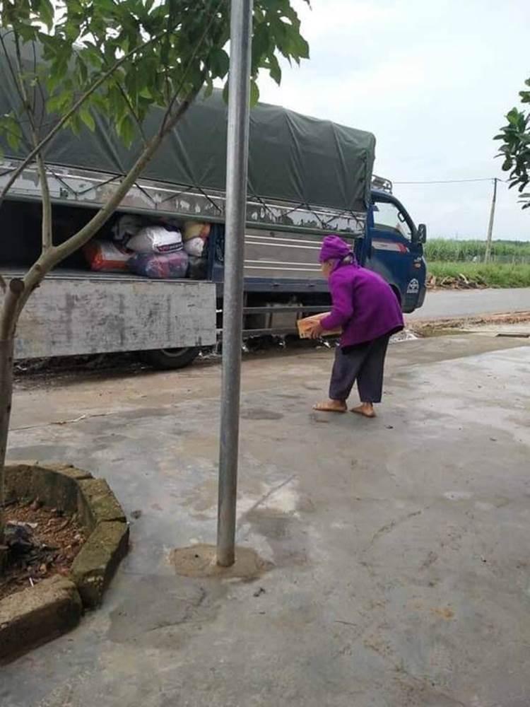 Xúc động hình ảnh những cụ bà còng lưng bê mì gói, quần áo, gói bánh gửi vào miền Trung với lời nhắn: Cho mẹ gửi chút tình thương với đồng bào mình!-2