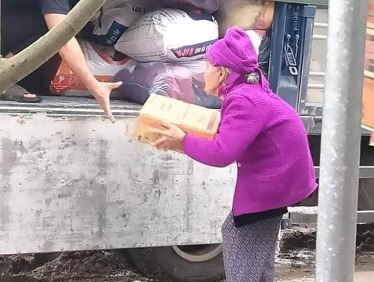 Xúc động hình ảnh những cụ bà còng lưng bê mì gói, quần áo, gói bánh gửi vào miền Trung với lời nhắn: Cho mẹ gửi chút tình thương với đồng bào mình!-3
