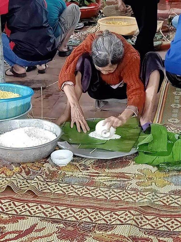 Xúc động hình ảnh những cụ bà còng lưng bê mì gói, quần áo, gói bánh gửi vào miền Trung với lời nhắn: Cho mẹ gửi chút tình thương với đồng bào mình!-4