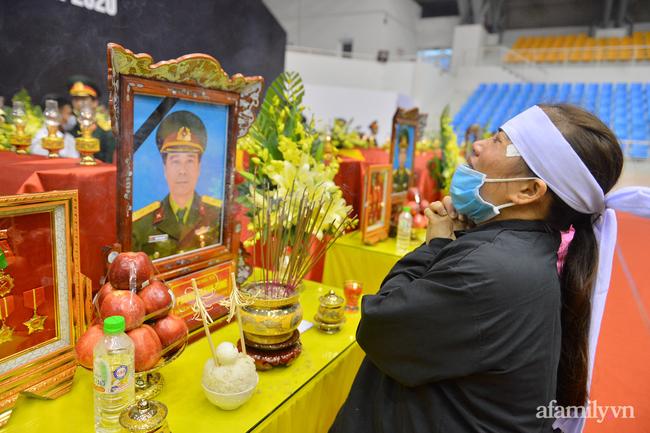 Tang lễ đẫm nước mắt của 22 quân nhân Sư đoàn 337 hy sinh do núi sạt lở, người thân và đồng đội khóc nghẹn trong đau đớn-53