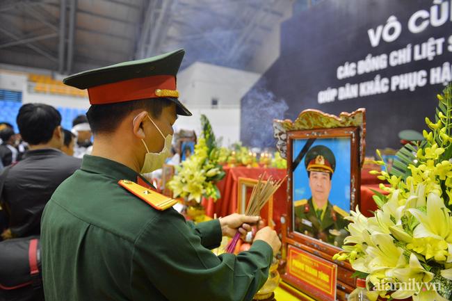 Tang lễ đẫm nước mắt của 22 quân nhân Sư đoàn 337 hy sinh do núi sạt lở, người thân và đồng đội khóc nghẹn trong đau đớn-52