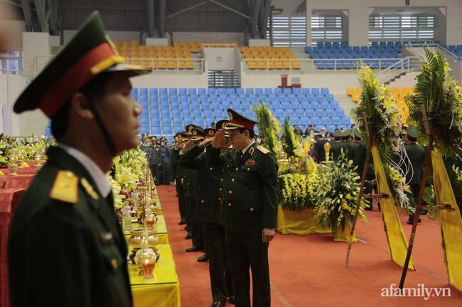 Tang lễ đẫm nước mắt của 22 quân nhân Sư đoàn 337 hy sinh do núi sạt lở, người thân và đồng đội khóc nghẹn trong đau đớn-41
