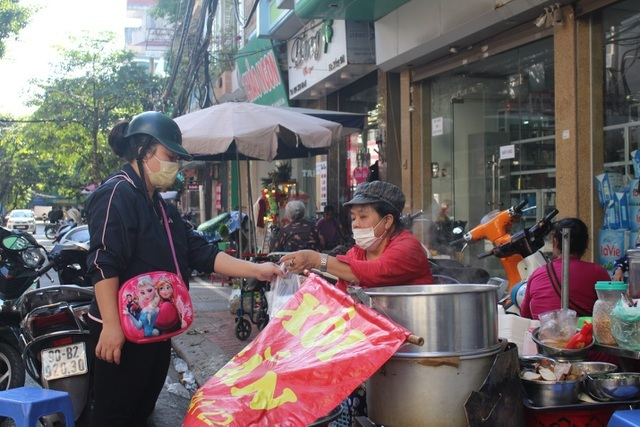 Kỳ lạ món ăn độn nhà nghèo thời bao cấp, thành đặc sản xếp hàng ở Hà Nội-8