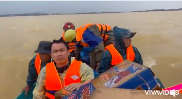 Hồ Việt Trung chính thức lên tiếng khi bị chỉ trích vì quăng quà cứu trợ cho người dân miền Trung, Tiến Luật vào trấn an-3