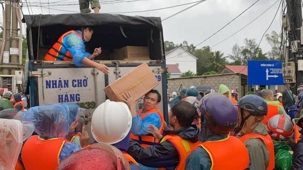 Hồ Việt Trung chính thức lên tiếng khi bị chỉ trích vì quăng quà cứu trợ cho người dân miền Trung, Tiến Luật vào trấn an-4