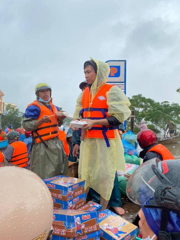Hồ Việt Trung chính thức lên tiếng khi bị chỉ trích vì quăng quà cứu trợ cho người dân miền Trung, Tiến Luật vào trấn an-5