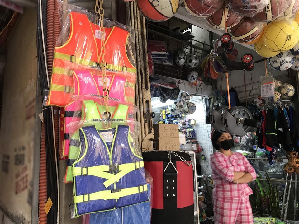 Hà Nội: Áo phao cứu sinh cháy hàng, khách muốn đặt mua số lượng lớn phải xếp hàng đợi vài ngày, giá cả bắt đầu loạn-1