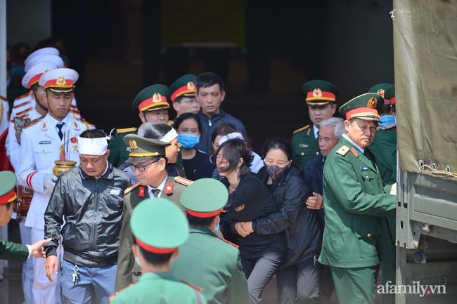 Tang lễ đẫm nước mắt của 22 quân nhân Sư đoàn 337 hy sinh do núi sạt lở, người thân và đồng đội khóc nghẹn trong đau đớn-5