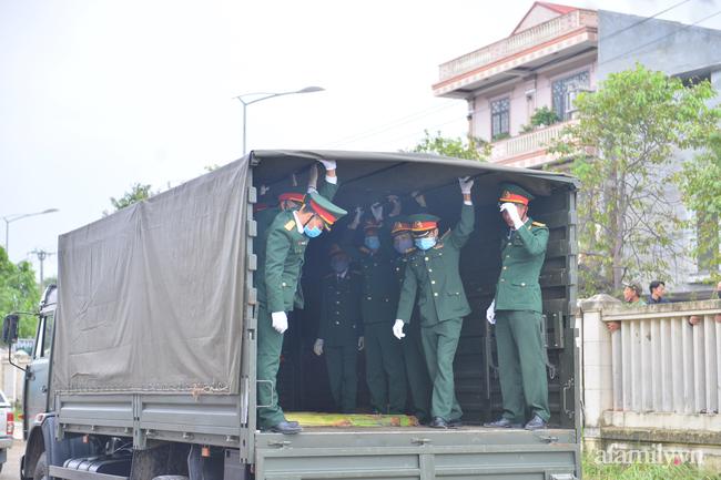 Tang lễ đẫm nước mắt của 22 quân nhân Sư đoàn 337 hy sinh do núi sạt lở, người thân và đồng đội khóc nghẹn trong đau đớn-8