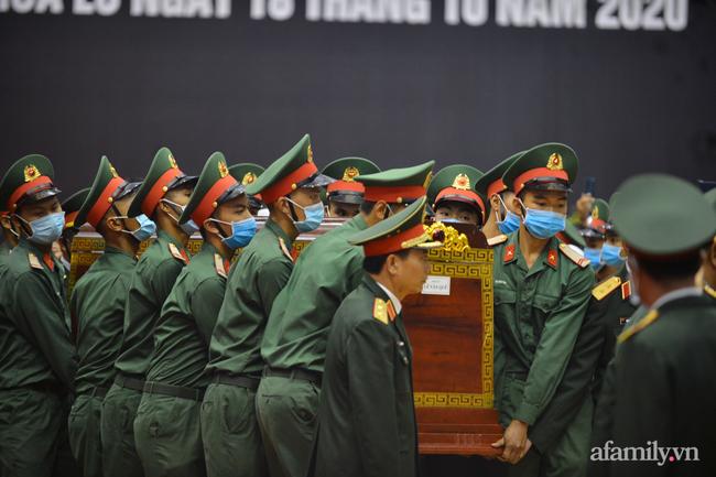 Tang lễ đẫm nước mắt của 22 quân nhân Sư đoàn 337 hy sinh do núi sạt lở, người thân và đồng đội khóc nghẹn trong đau đớn-16