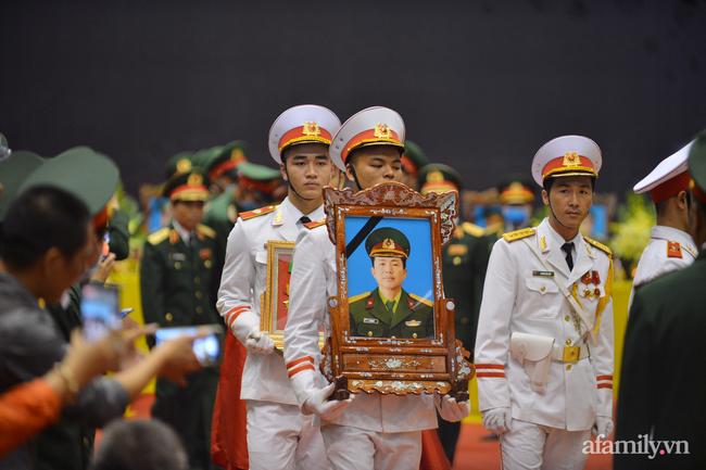 Tang lễ đẫm nước mắt của 22 quân nhân Sư đoàn 337 hy sinh do núi sạt lở, người thân và đồng đội khóc nghẹn trong đau đớn-18