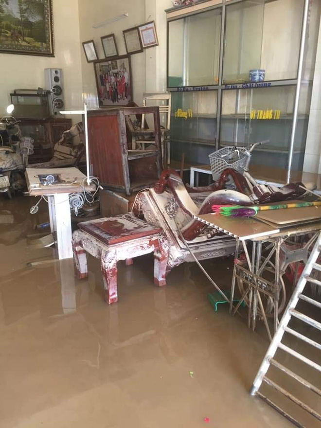 Khung cảnh nhà cửa tan hoang sau trận đại hồng thuỷ ở Quảng Bình: Tài sản bị ngâm nước nhầy nhụa bùn đất, thóc mọc mầm, vật nuôi chết hàng loạt-3
