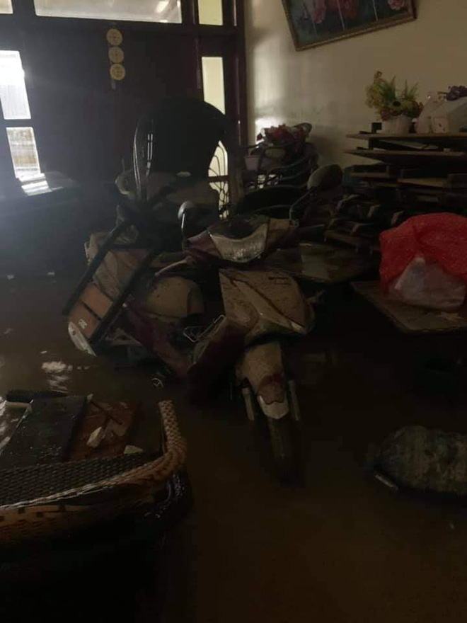 Khung cảnh nhà cửa tan hoang sau trận đại hồng thuỷ ở Quảng Bình: Tài sản bị ngâm nước nhầy nhụa bùn đất, thóc mọc mầm, vật nuôi chết hàng loạt-5