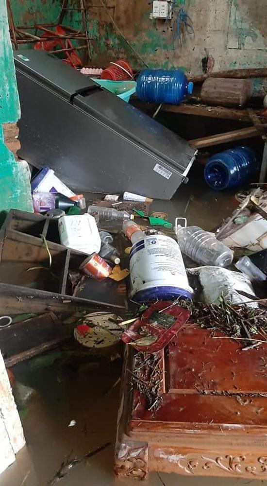 Khung cảnh nhà cửa tan hoang sau trận đại hồng thuỷ ở Quảng Bình: Tài sản bị ngâm nước nhầy nhụa bùn đất, thóc mọc mầm, vật nuôi chết hàng loạt-10