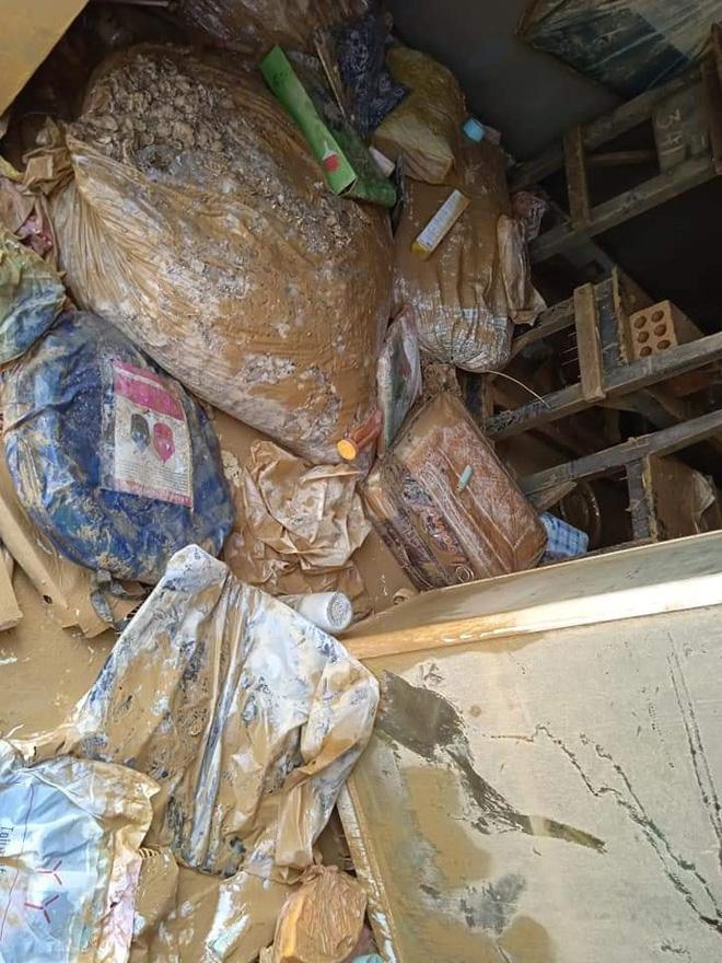 Khung cảnh nhà cửa tan hoang sau trận đại hồng thuỷ ở Quảng Bình: Tài sản bị ngâm nước nhầy nhụa bùn đất, thóc mọc mầm, vật nuôi chết hàng loạt-12
