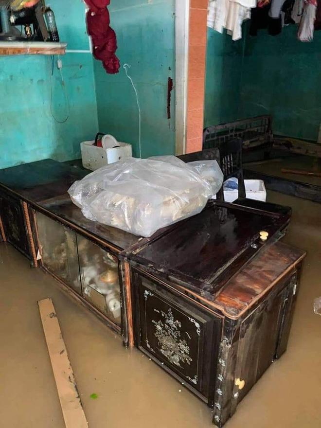 Khung cảnh nhà cửa tan hoang sau trận đại hồng thuỷ ở Quảng Bình: Tài sản bị ngâm nước nhầy nhụa bùn đất, thóc mọc mầm, vật nuôi chết hàng loạt-22