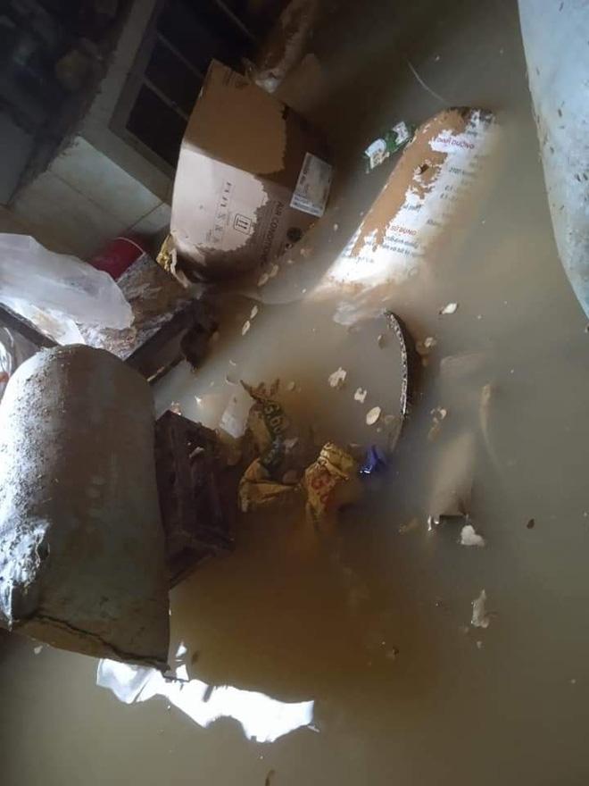 Khung cảnh nhà cửa tan hoang sau trận đại hồng thuỷ ở Quảng Bình: Tài sản bị ngâm nước nhầy nhụa bùn đất, thóc mọc mầm, vật nuôi chết hàng loạt-24