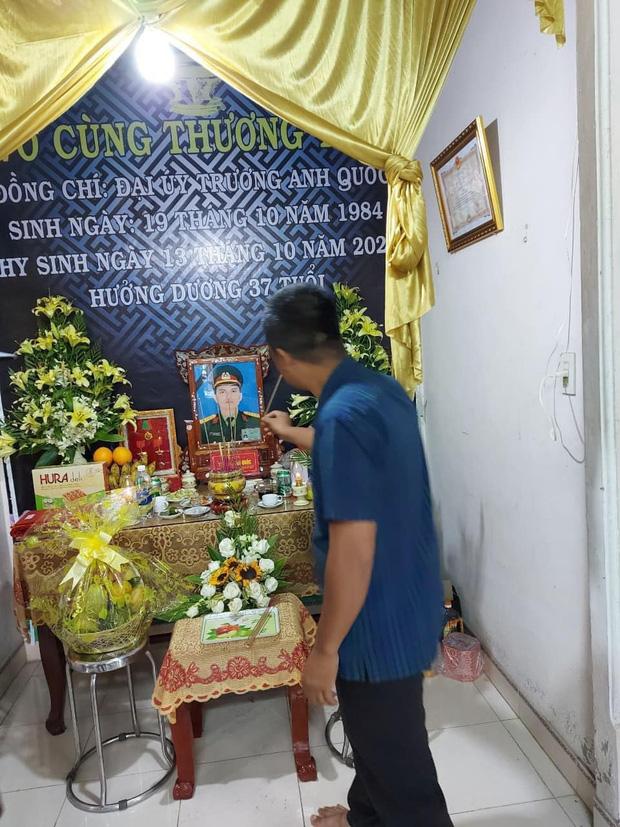 Hương Giang và Matt Liu âm thầm đến lễ tang của chiến sĩ hy sinh trong vụ sạt lở thủy điện Rào Trăng 3-2