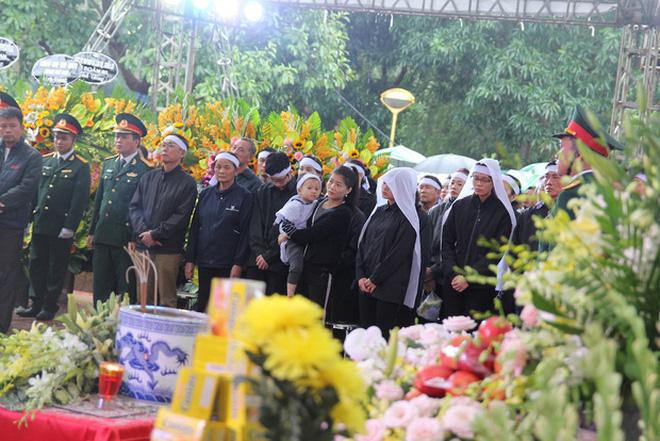 Hương Giang và Matt Liu âm thầm đến lễ tang của chiến sĩ hy sinh trong vụ sạt lở thủy điện Rào Trăng 3-6
