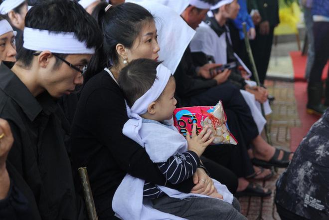 Hương Giang và Matt Liu âm thầm đến lễ tang của chiến sĩ hy sinh trong vụ sạt lở thủy điện Rào Trăng 3-5