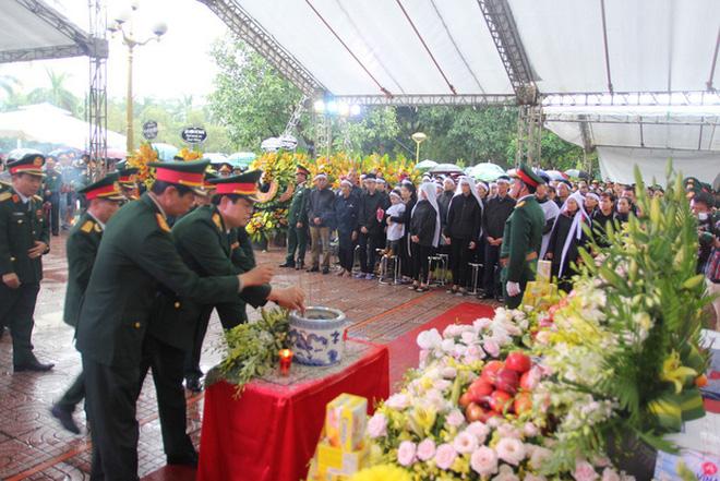 Hương Giang và Matt Liu âm thầm đến lễ tang của chiến sĩ hy sinh trong vụ sạt lở thủy điện Rào Trăng 3-4