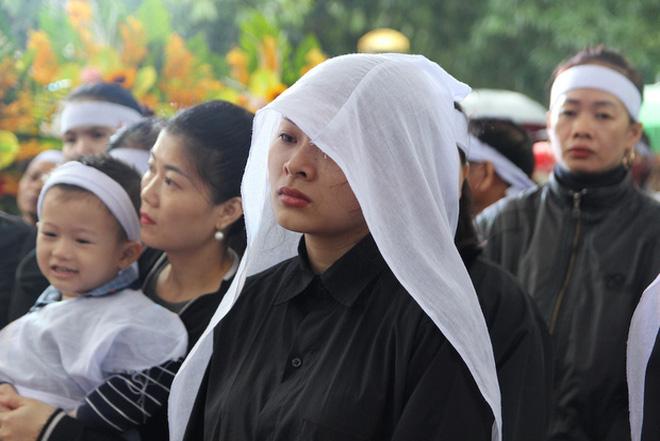 Hương Giang và Matt Liu âm thầm đến lễ tang của chiến sĩ hy sinh trong vụ sạt lở thủy điện Rào Trăng 3-3