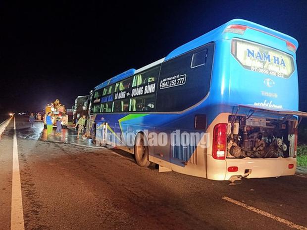 Xe khách tông vào đuôi xe tải, 15 người thương vong-2