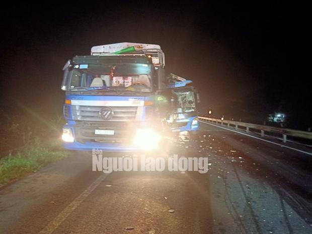 Xe khách tông vào đuôi xe tải, 15 người thương vong-3