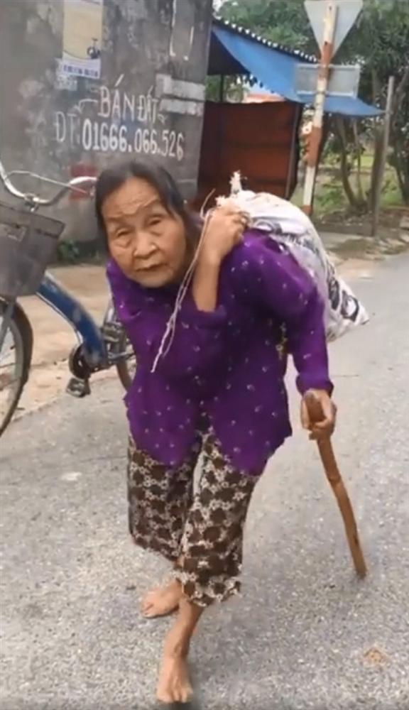 Gặp cụ bà lưng còng cõng bao quần áo, mì tôm ủng hộ người dân miền Trung: Hơn 200.000 đồng/tháng tôi vẫn đủ ăn tiêu xả láng-1
