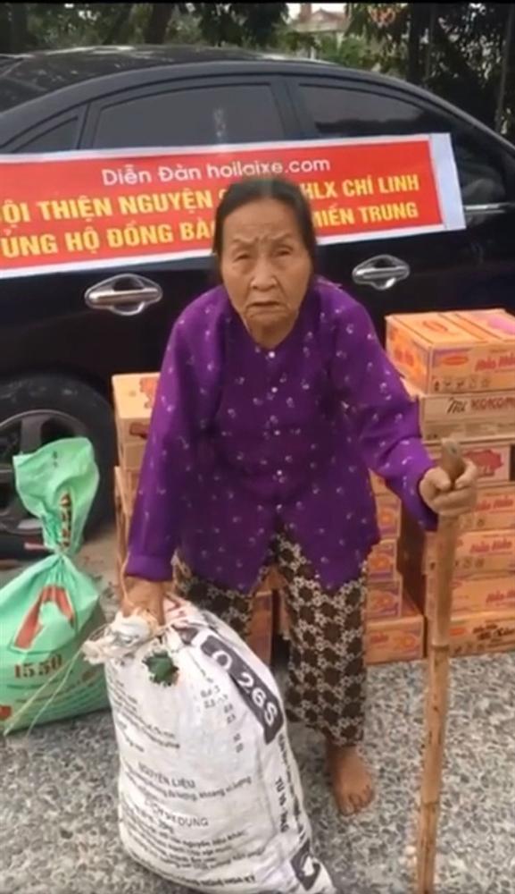 Gặp cụ bà lưng còng cõng bao quần áo, mì tôm ủng hộ người dân miền Trung: Hơn 200.000 đồng/tháng tôi vẫn đủ ăn tiêu xả láng-2