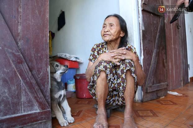 Gặp cụ bà lưng còng cõng bao quần áo, mì tôm ủng hộ người dân miền Trung: Hơn 200.000 đồng/tháng tôi vẫn đủ ăn tiêu xả láng-3