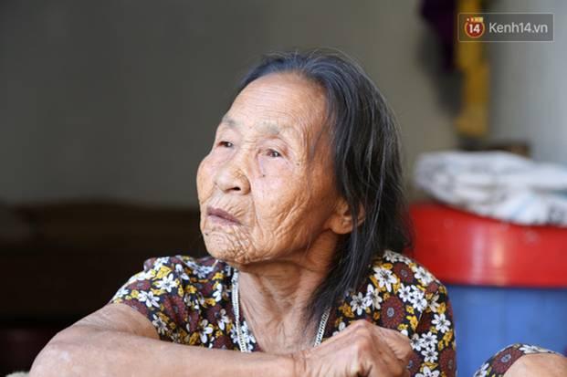 Gặp cụ bà lưng còng cõng bao quần áo, mì tôm ủng hộ người dân miền Trung: Hơn 200.000 đồng/tháng tôi vẫn đủ ăn tiêu xả láng-4