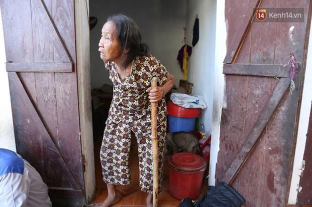 Gặp cụ bà lưng còng cõng bao quần áo, mì tôm ủng hộ người dân miền Trung: Hơn 200.000 đồng/tháng tôi vẫn đủ ăn tiêu xả láng-5