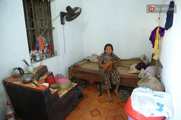 Gặp cụ bà lưng còng cõng bao quần áo, mì tôm ủng hộ người dân miền Trung: Hơn 200.000 đồng/tháng tôi vẫn đủ ăn tiêu xả láng-6