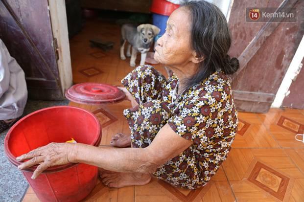 Gặp cụ bà lưng còng cõng bao quần áo, mì tôm ủng hộ người dân miền Trung: Hơn 200.000 đồng/tháng tôi vẫn đủ ăn tiêu xả láng-10