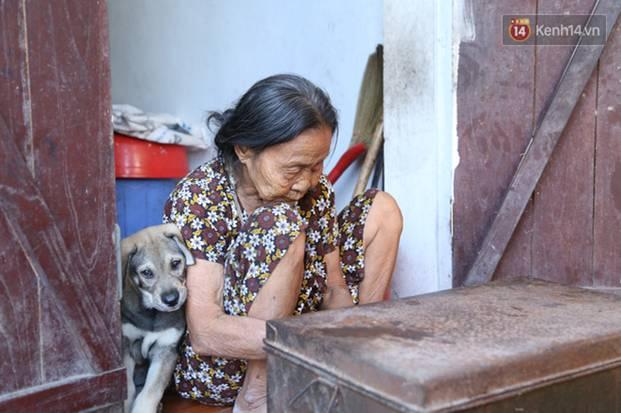 Gặp cụ bà lưng còng cõng bao quần áo, mì tôm ủng hộ người dân miền Trung: Hơn 200.000 đồng/tháng tôi vẫn đủ ăn tiêu xả láng-8
