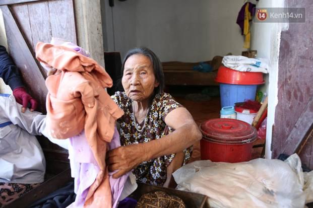 Gặp cụ bà lưng còng cõng bao quần áo, mì tôm ủng hộ người dân miền Trung: Hơn 200.000 đồng/tháng tôi vẫn đủ ăn tiêu xả láng-9