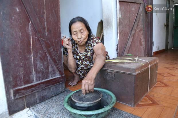 Gặp cụ bà lưng còng cõng bao quần áo, mì tôm ủng hộ người dân miền Trung: Hơn 200.000 đồng/tháng tôi vẫn đủ ăn tiêu xả láng-12