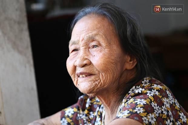 Gặp cụ bà lưng còng cõng bao quần áo, mì tôm ủng hộ người dân miền Trung: Hơn 200.000 đồng/tháng tôi vẫn đủ ăn tiêu xả láng-14