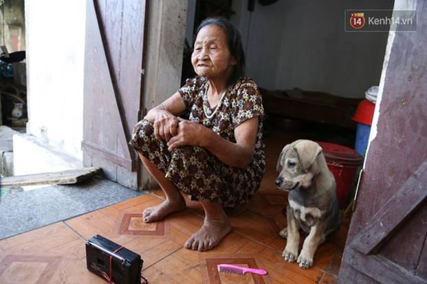 Gặp cụ bà lưng còng cõng bao quần áo, mì tôm ủng hộ người dân miền Trung: Hơn 200.000 đồng/tháng tôi vẫn đủ ăn tiêu xả láng-16